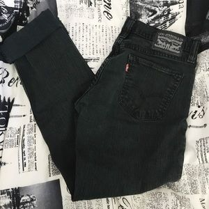 Black straight legged, mid rise levi jeans